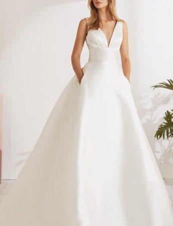 In questa foto un abito da sposa ampio in mikado White One