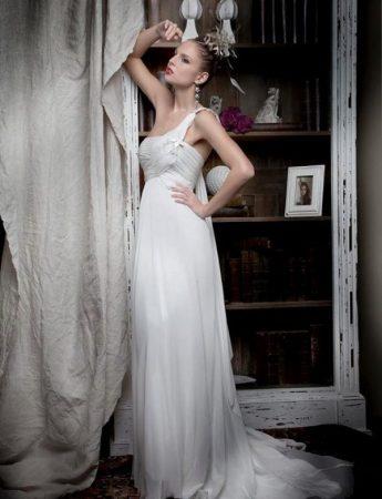 In questa foto un abito da sposa scivolato stile impero di Francesca Paternò