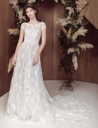 In questa foto un abito da sposa scivolato con ricami floreali e scollo a barchetta