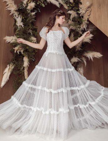 In questa foto un abito da sposa ampio in stile Boho Chic