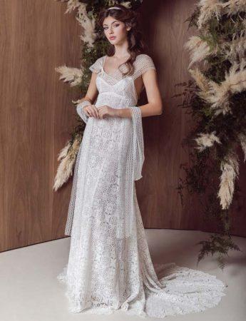 In questa foto un abito da sposa scivolato in pizzo Valencienne con stola abbinata firmato da Marco Strano