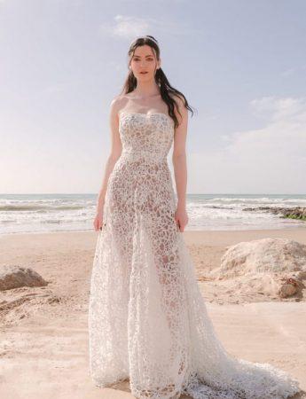 In questa foro un abito da sposa in pizzo trasparente fotografo in spiaggia firmato da Marco Strano