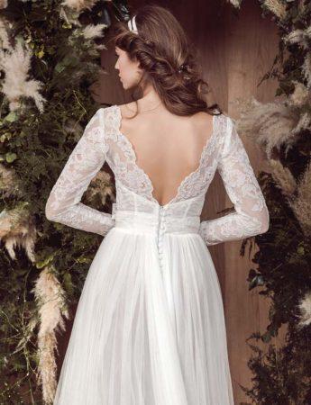 In questa foto la scollatura posteriore di un abito da sposa romantico con maniche semitrasparenti