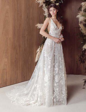 In questa foto un abito da sposa ampio con ricami floreali all over e profonda scollatura a V