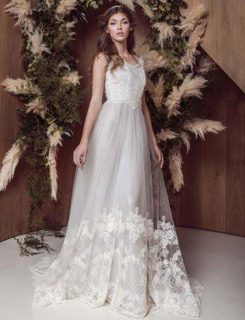 In questa foto un abito da sposa ampio con ricami e pizzo sull'orlo e corpetto bustier