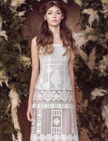 In questa foto un abito da sposa in stile country chic semitrasparente