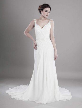 In questa foto un abito da sposa scivolato in seta con spalline strutturate e cinturino gioiello di Mariella Gennarino