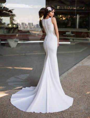 In questa foto un abito da sposa a sirena con una lunga coda di Pronovias