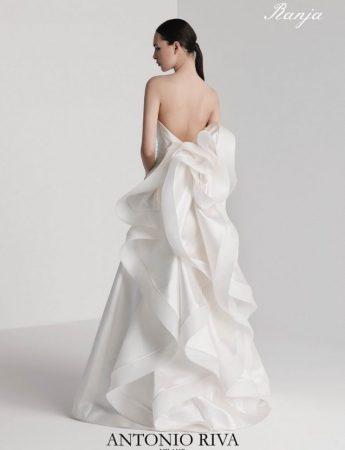 In questa foto un abito da sposa Palermo della collezione Petals Antonio Riva di Hermosa Le Spose