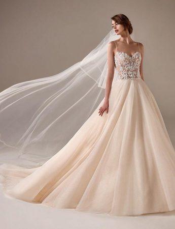 In questa foto un abito da sposa Palermo ampio in seta di Atelier Barbara