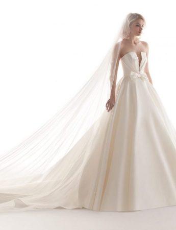 In questa foto un abito da sposa Palermo ampio in mikado di Atelier Barbara