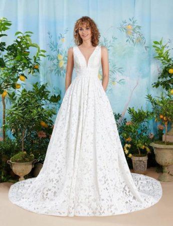 In questa foto un abito da sposa Palermo in pizzo floreale boho chic Atelier Emè