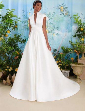 In questa foto un abito da sposa Palermo in mikado con scollo a V Atelier Emè