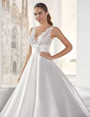 In questa foto un abito da sposa Palermo in mikado di seta e scollo a V di Colet Sposi