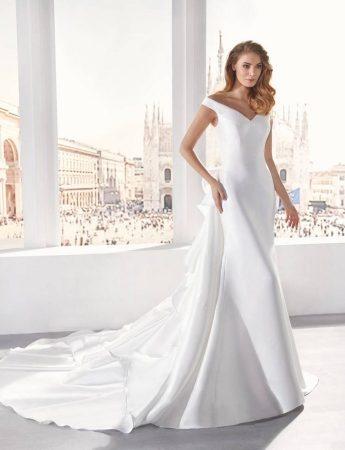 In questa foto un abito da sposa Palermo a sirena con coda Colet Sposi