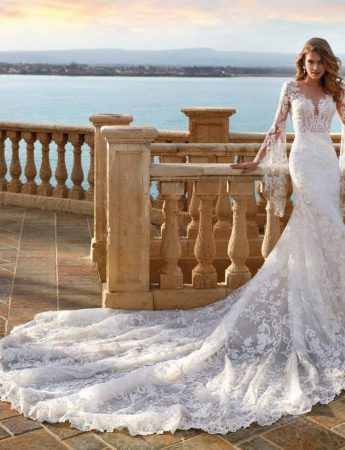 In questa foto un abito da sposa Palermo in pizzo e maniche svasate Colet Sposi
