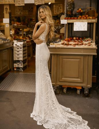 In questa foto un abito da sposa Palermo a sirena di Gali Karten