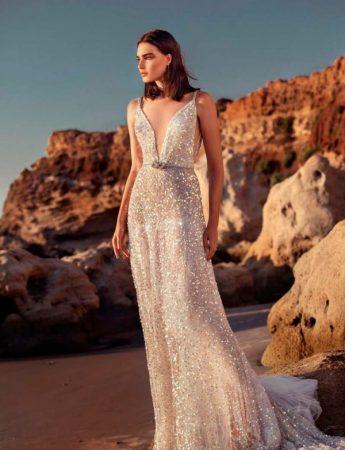 In questa foto un abito da sposa Palermo scivolato e sparkling di Galia Lahav