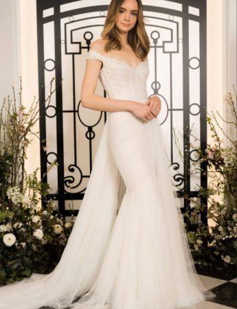 In questa foto un abito da sposa Palermo mezza sirena di Jenny Packham