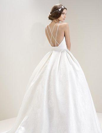 In questa foto un abito da sposa ampio con scollatura sulla schiena di Laros Palermo