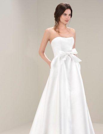 In questa foto un abito da sposa ad A in mikado di Laros Palermo