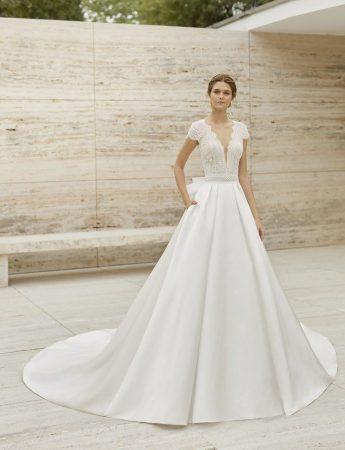In questa foto un abito da sposa Palermo con corpetto in pizzo Rosa Clara da Le gi di Valentino