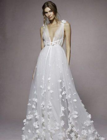 in questa foto un abito da sposa Palermo con ricami floreali di Marchesa