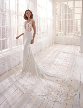In In questa foto un abito da sposa a sirena in pizzo con lunga coda Milano Boutique Terrasini