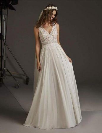 In questa foto un abito da sposa boho chic scivolato Milano Boutique Terrasini