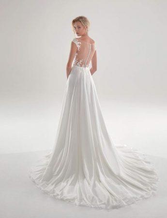In questa foto un abito da sposa scivolato con scollo sulla schiena effetto tattoo Milano Boutique Terrasini