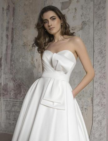 In questa foto un abito da sposa con scollo a cuore in mikado Milano Boutique Terrasini