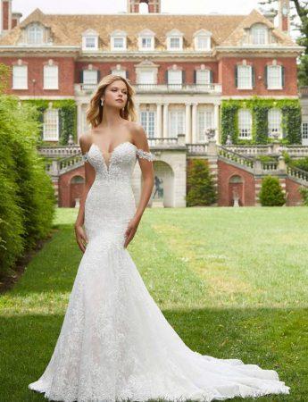 In questa foto un abito da sposa semi sirena con scollo a cuore in pizzo Milano Boutique Terrasini