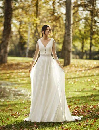 In questa foto un abito da sposa scivolato Milano Boutique Terrasini