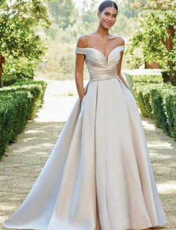 In questa foto un abito da sposa romantico in mikado MIlano Boutique Terrasini