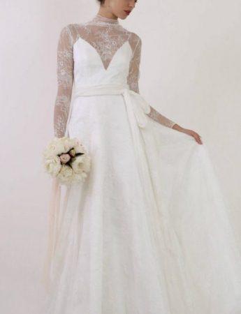 In questa foto un abito da sposa Palermo More con scollo a cuore e maniche in pizzo