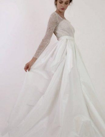 In questa foto un abito da sposa Palermo More ampio in mikado e pizzo