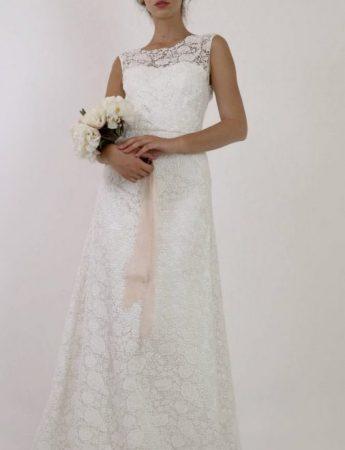 In questa foto un abito da sposa Palermo More scivolato