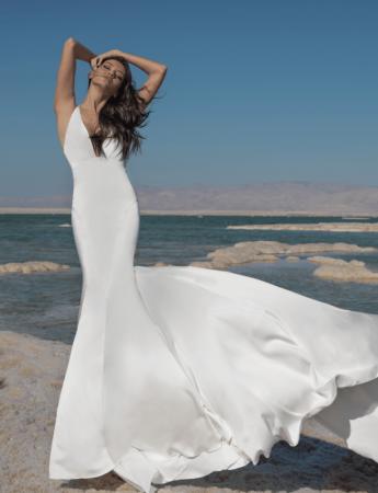 In questa foto un abito da sposa Palermo in seta di pnina Tornai