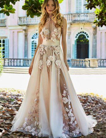 In questa foto un abito da sposa Palermo rosa con fiori 3D di Stefano Blandaleone da Giodana Spose