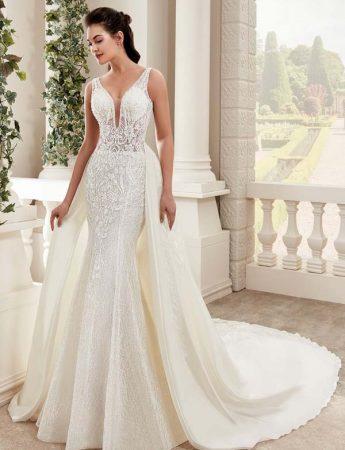 In questa foto un abito da sposa a sirena con gonna staccabile Trinity Sposi Palermo