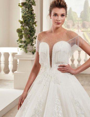 In questa foto un abito da sposa con scollo a cuore Trinity Sposi Palermo