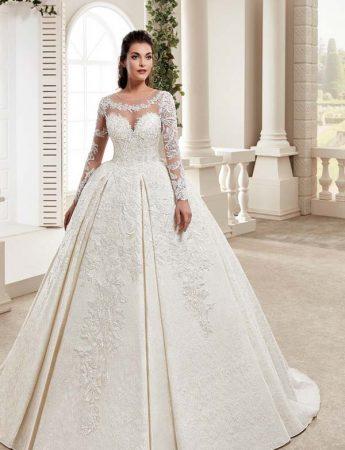 In questa foto un abito da sposa principessa con maniche Trinity Sposi Palermo