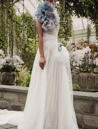 In questa foto un abito da sposa Palermo con maxi fiore blu di Vera Wang
