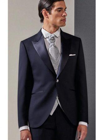 Toni del blu sempre di moda per questo abito da sposo disponibileda M&m Cerimonia Uomo