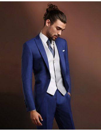 In questo scatto un abito nuziale dai toni del blu per un abito da sposo dall'eleganza senza tempo, disponibile da Sposo Trend