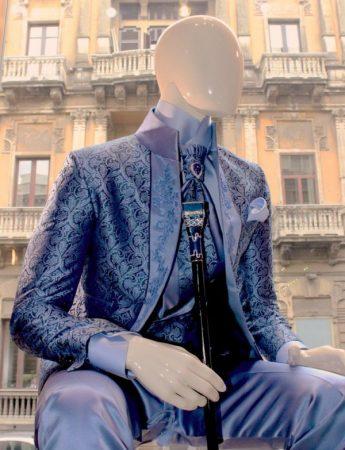 Un elegante completo da sposo damascato che riprende particolari toni di blu disponibile da Sposo Trend