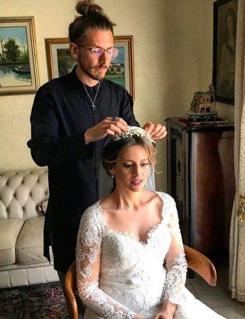 In questa foto l'hairstylist Alessandro Lo Presti cura il look romantico di una sposa