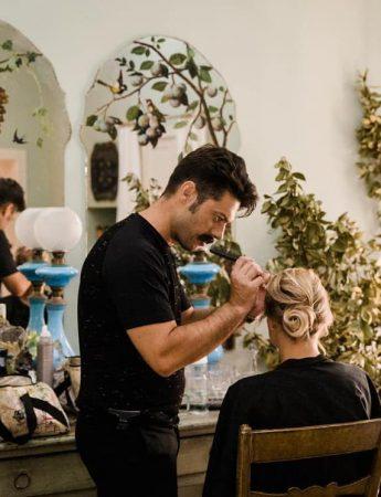 In questa foto un hairstylist di Luxury Style cura il look di una sposa