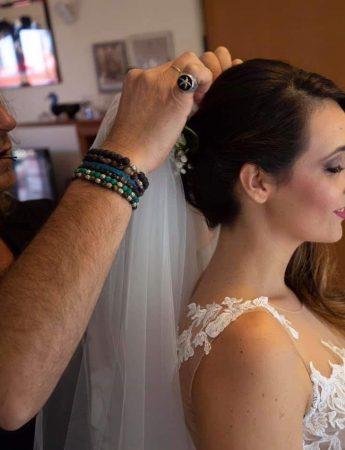 In questa foto l'hairstylist Marcello cura il look di una spos
