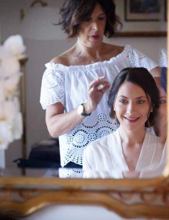 In questa foto gli esperti di Modhair curano il look di una sposa